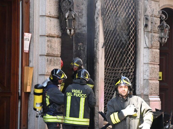 Torino, incendio nel centro: a fuoco un negozio, evacuati gli abitanti del secondo piano
